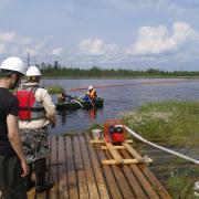 Процесс подъёма нефти со дна водоёма